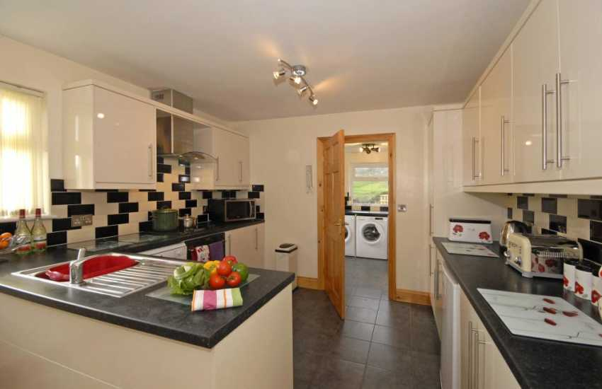 Self-catering Porthgain - kitchen/diner