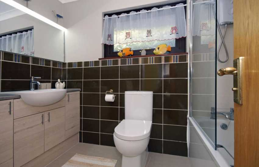 Cwm Tydu holiday bungalow - family bath room with shower