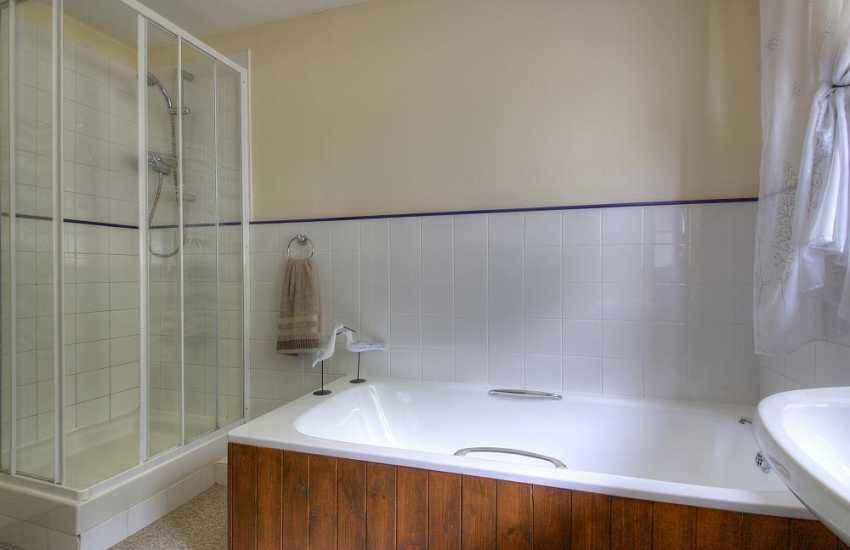 Carmarthenshire holiday cottage - bathroom