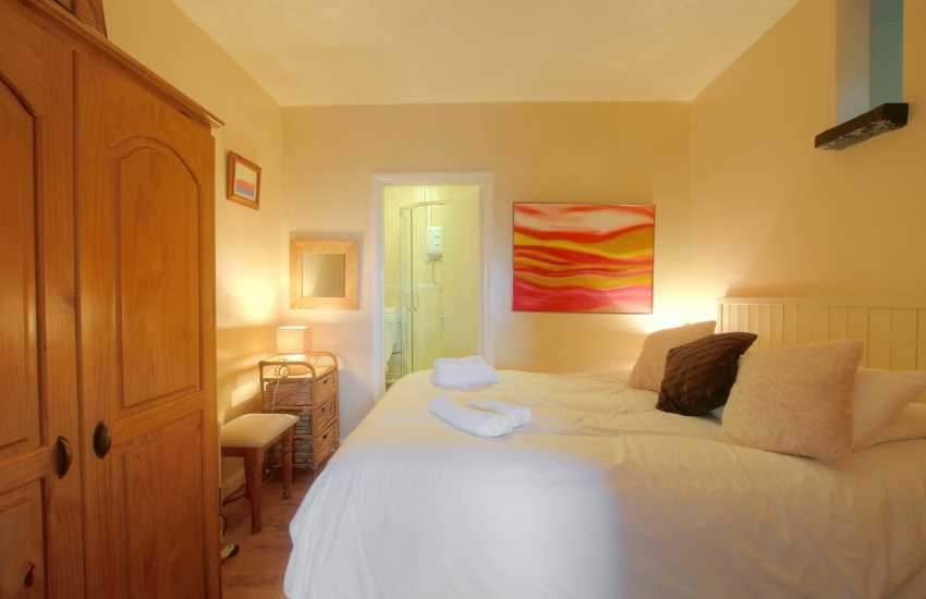 Pembrokeshire holiday cottage - ensuite double bedroom