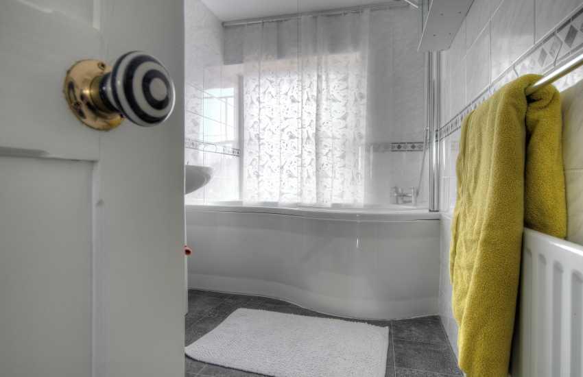 Pembrokeshire holiday house sleeping 10 - bathroom