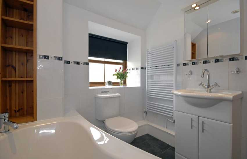 New Quay holiday home - 1st floor family bathroom with shower over bath