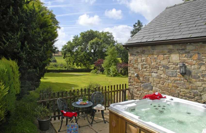 Cardigan Bay holiday cottage with hot tub and private patio