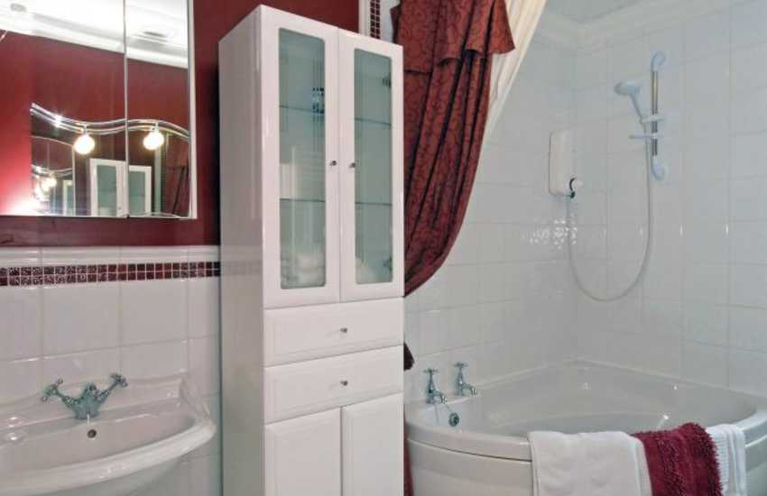 Cardigan Bay holiday cottage - bathroom with shower over