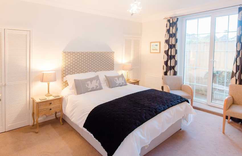Three cliffs bay nearby holiday home - bedroom