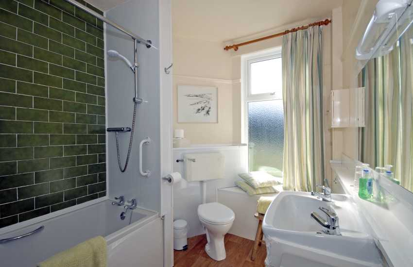 North Pembrokshire holiday cottage - family bedroom en-suite bathroom