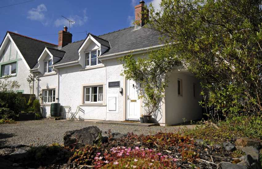 North Pembrokeshire holiday cottage with parking and pets welcomed