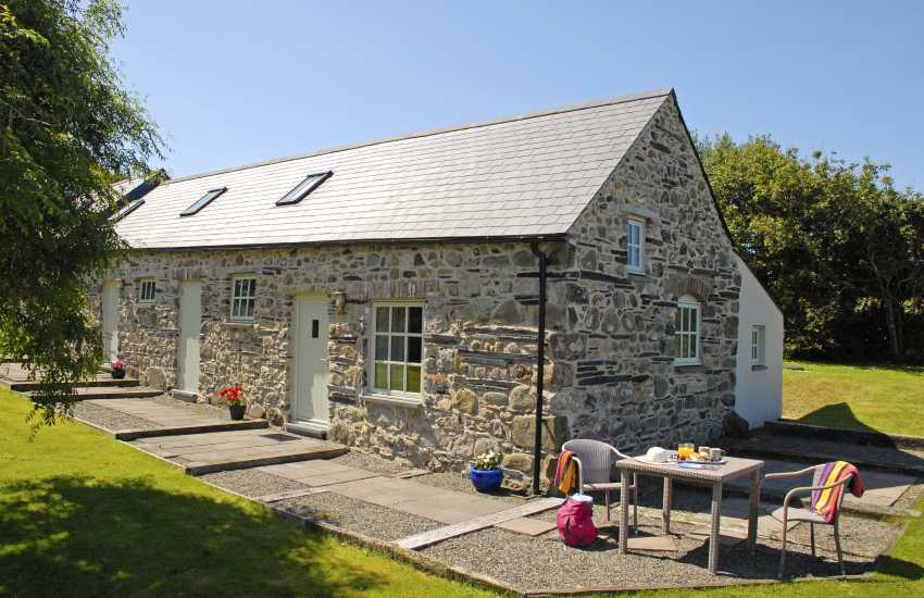 North Pembrokeshire holiday cottage with sea views - pets welcome