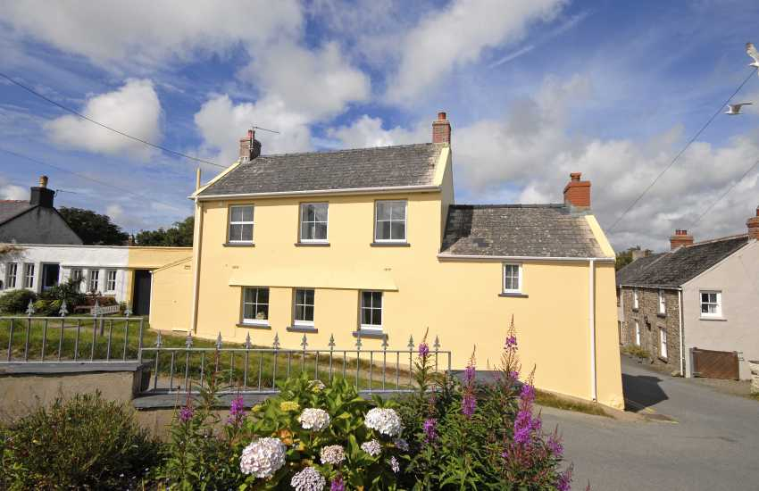 Solva holiday cottage 150yds from the Pembrokeshire Coast Path - pets welcome