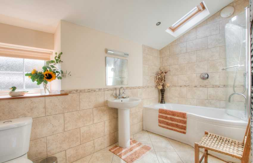 Holiday house sleeping 9 Aberdaron - bathroom
