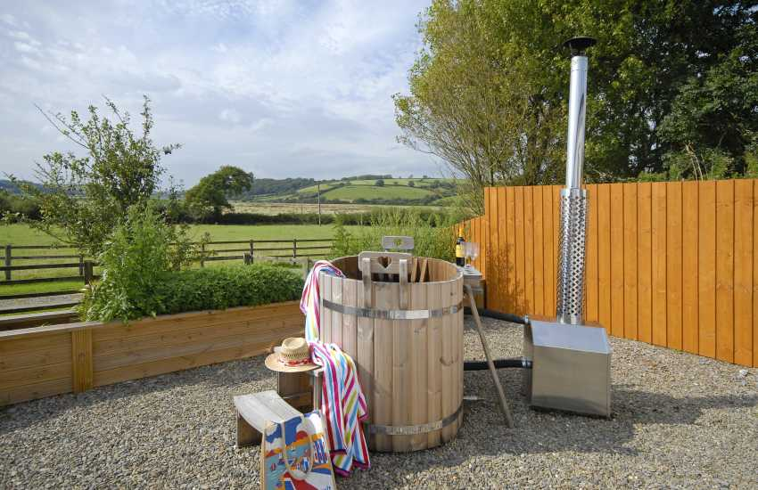 Llansteffan holiday cottage with wooden hot tub and estuary views