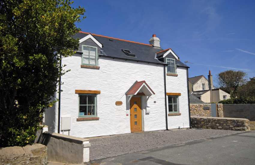 St Davids holiday cottage with parking - pets welcome