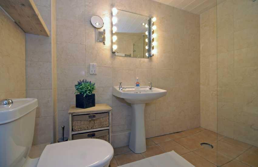 Manorbier holiday cottage - ground floor wet room
