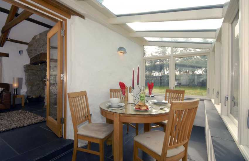 Porthgain self catering cottage - dining area with glass roof