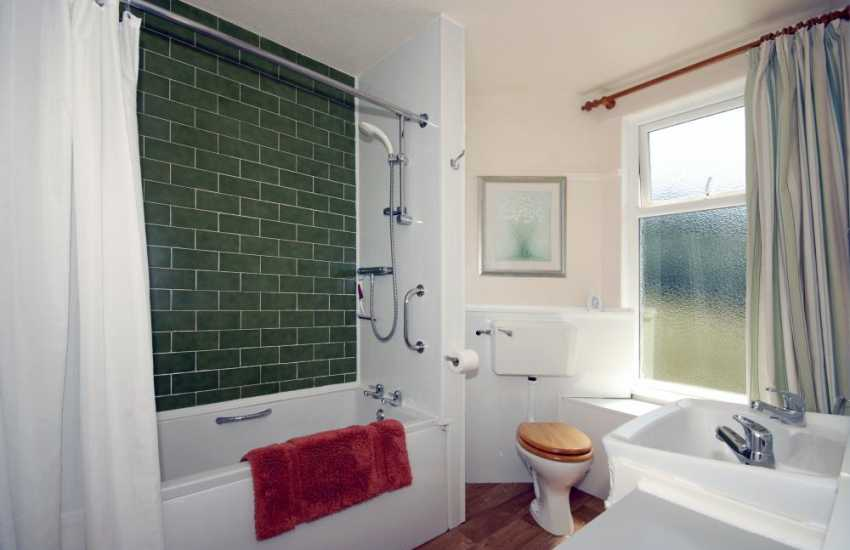 North Pembrokshire holiday cottage - master en-suite bathroom