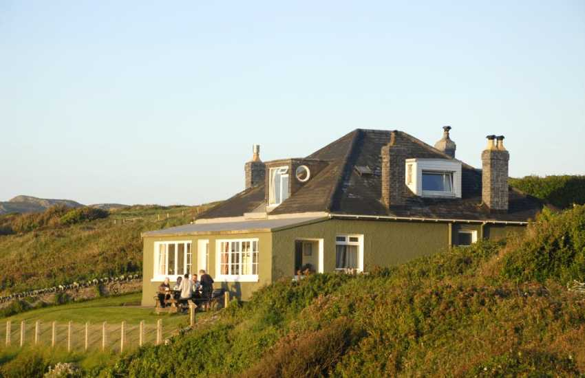Whitesands Bay beachside cottage sleeps 10, dogs welcome