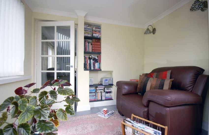 Pembrokeshire coastal cottage with WIFI internet - cosy snug
