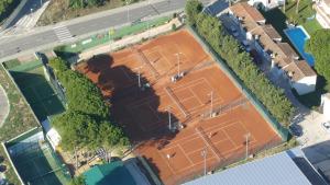 L'equip masculí de tennis guanya èpicament (3-2)