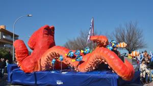 Buscant la Dory, en l'apartat de carrosses, i Els Escorpins, en comparses, són els guanyadors de la rua de carnaval d'enguany.