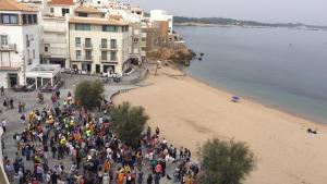 Centenars de persones omplen la platja