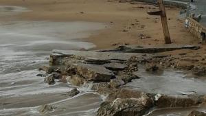 La llevantada s'endú la riba petita de la platja de l'Escala