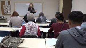 Inici del curs d'alfabetització per a immigrants