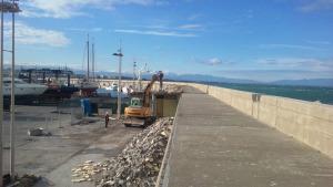 Obres de millora a l'escullera del port pesquer