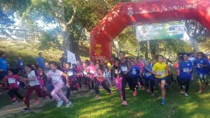 Més de 400 nens i nenes de la comarca de l'Alt Empordà participen dissabte al matí  a la cursa de Cros de l'Escala