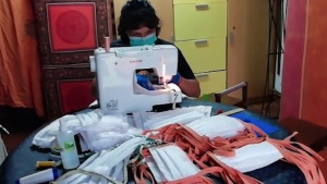 Arriba teixit sanitari per fer 1500 mascaretes