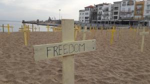 1500 creus grogues a les platges