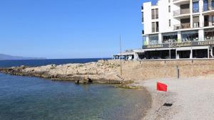Un tall de llum aboca aigües residuals a la platja de les barques i el Port d'en Perris
