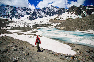 On descend vers le lac et son glacier