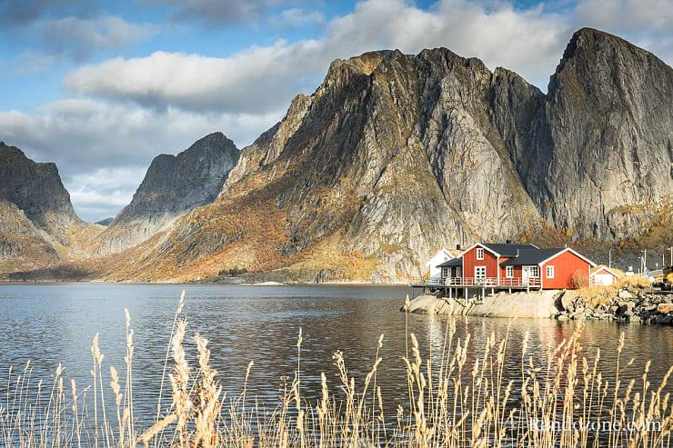 Rorbu devant les montagnes dans les Lofoten