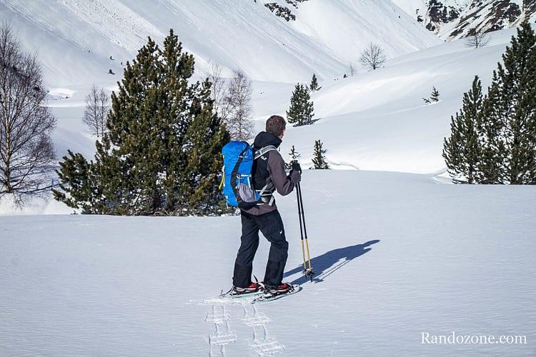 Marcher dans la neige avec des bâtons