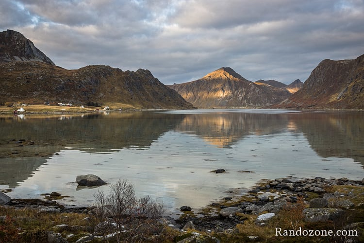 Fjord dans les îles Lofoten
