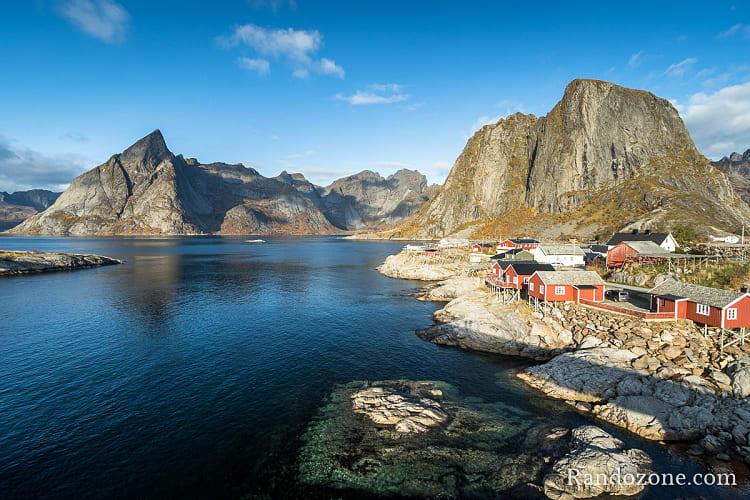 Magnifique village de Hamnøy et ses maisons rouges