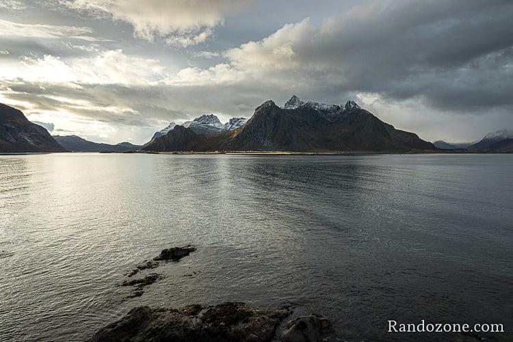 Au bord d'un fjord des Lofoten