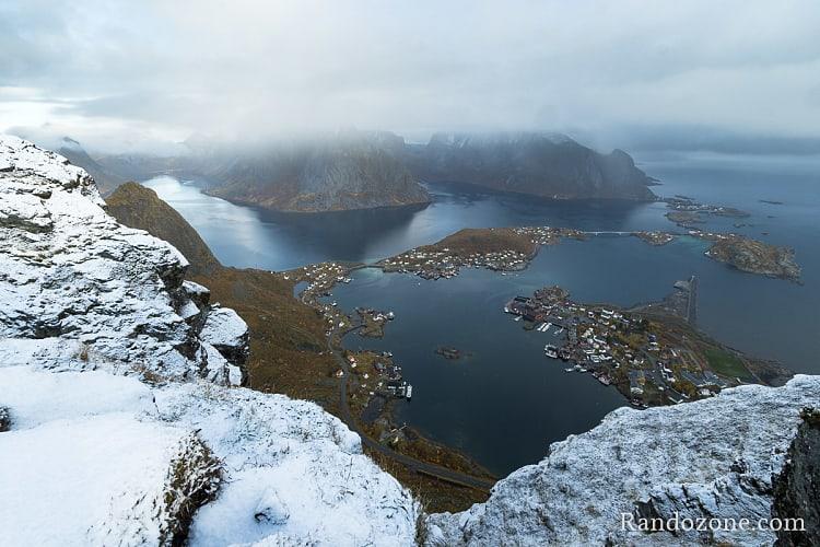 En haut de Reinebringen dans les îles Lofoten