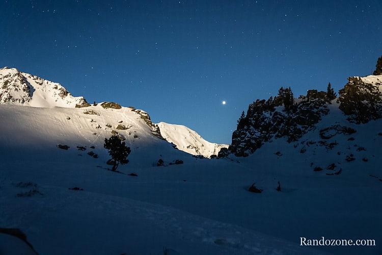Une belle lumière avec la lune qui éclaire la neige