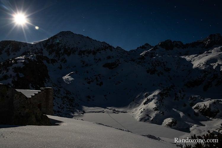 La lune éclaire le lac de la Glère et le refuge