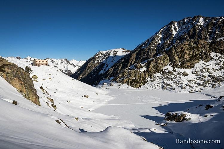 Lac et refuge de la Glère sous la neige