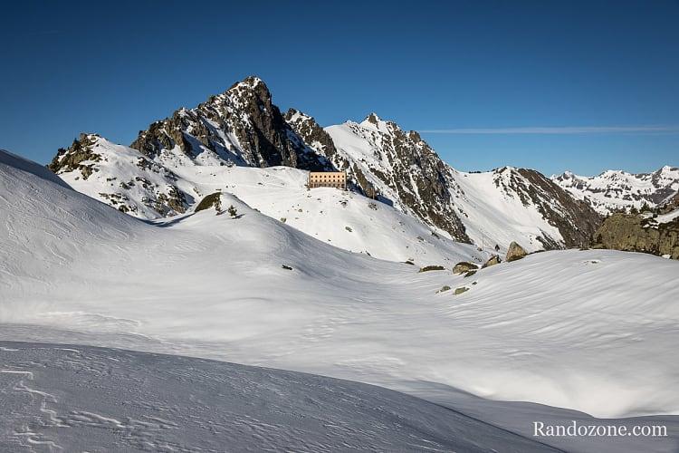 Refuge de la Glère dans son environnement de haute montagne