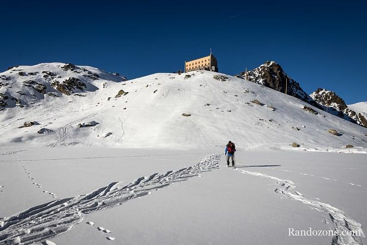 On marche sur le lac de la Glère qui est bien gelé à cette époque de l'année