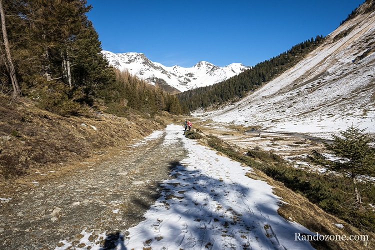 Encore quelques centaines de mètres à faire sur la piste. Pas la peine de monter beaucoup pour profiter de la montagne.
