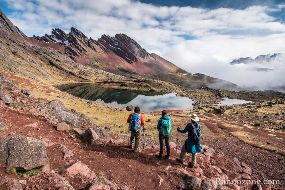 Superbe lac au dessus du refuge Huampoccocha au Pérou