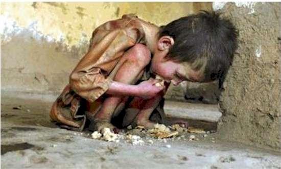 Copil mâncând de pe jos