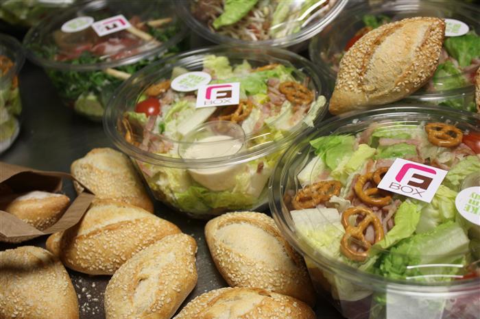 Salade de quinoa, magret fumé , vinaigrette balsamique, raisins fais et copeaux de pommes