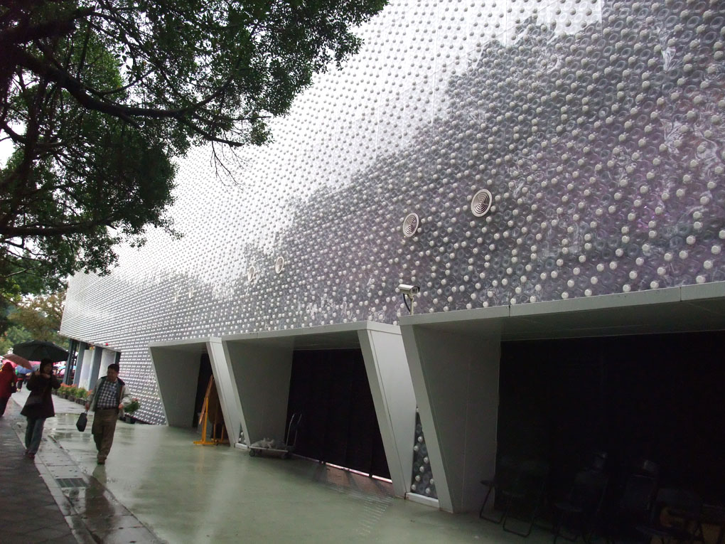 Taiwan's amazing EcoARK building has been constructed using 1.5 million plastic bottles. Photo courtesy: arquitectobra.blogspot