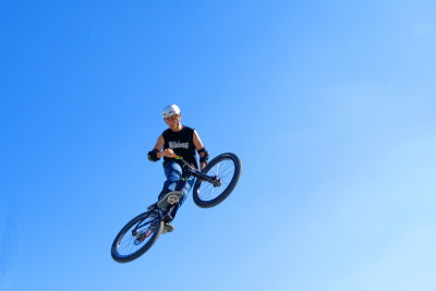 Extreme biking   high in the air kx4oub