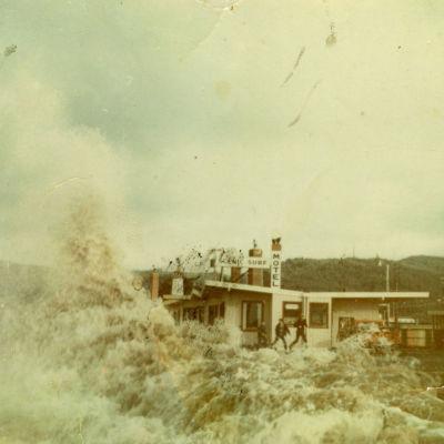 801 tsunami waves hitting scenic surf oha74b